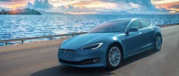 Ein Bild, das Auto, draußen, blau enthält.  Automatisch generierte Beschreibung
