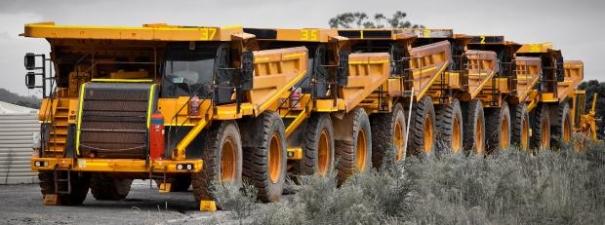 Ein Bild, das draußen, LKW, Landmaschine, gelb enthält.  Automatisch generierte Beschreibung