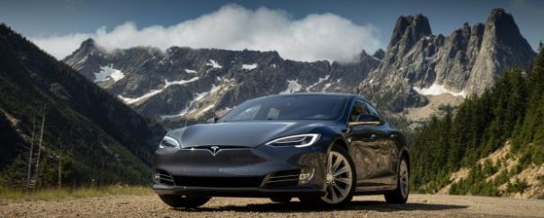 Ein Bild, das draußen, Himmel, Berg, Auto enthält.  Automatisch generierte Beschreibung